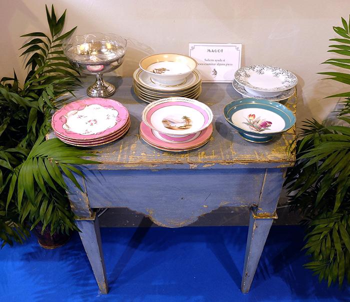 Una selección de piezas de porcelana expuesta en el stand de MAGOT en la feria de antigüedades y coleccionismo Almoneda.