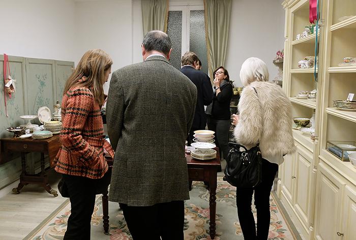 Invitados mirando piezas de la sala de porcelana