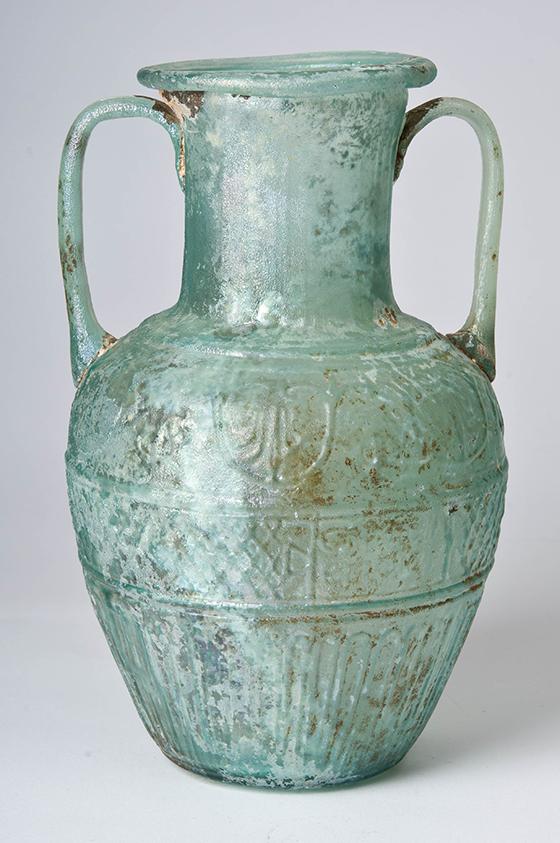 """Ennio, jarra con la inscripción """"Ennio lo hizo"""", primera centuria d. C., vidrio soplado en molde."""