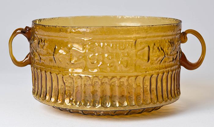 """Ennio, taza con las inscripciones """"Ennio lo hizo"""" y """"Que el comprador sea recordado"""", primera centuria d. C., vidrio soplado en molde."""