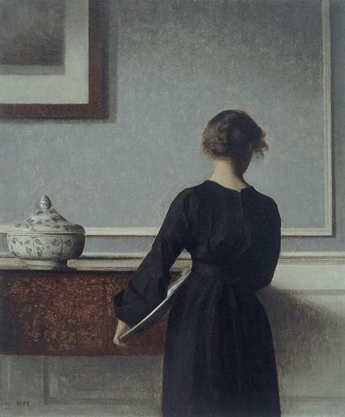 """Vilhelm Hammershøi, """"Interior con joven vista de espaldas"""", ca. 1904."""