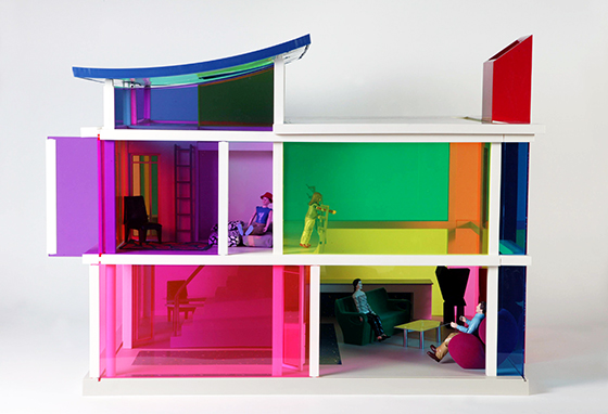 "Laurie Simmons, Peter Wheelwright y Bozart, casa de muñecas ""Kaleidoscope House"", 2001."