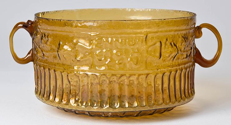 """En portada - Ennio, taza con las inscripciones """"Ennio lo hizo"""" y """"Que el comprador sea recordado"""", primera centuria d. C., vidrio soplado en molde; Sidón o Italia."""