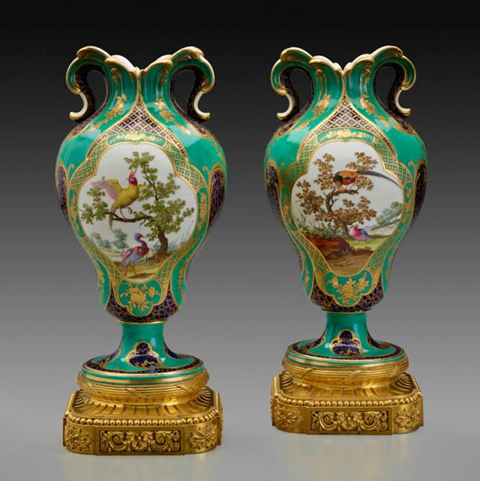 """Manufactura Real de Sèvres, pareja de """"vases à oreilles"""" decorados por Louis-Denis Armand l'aîné, ca. 1759, porcelana blanda, 31,8 cm de altura."""