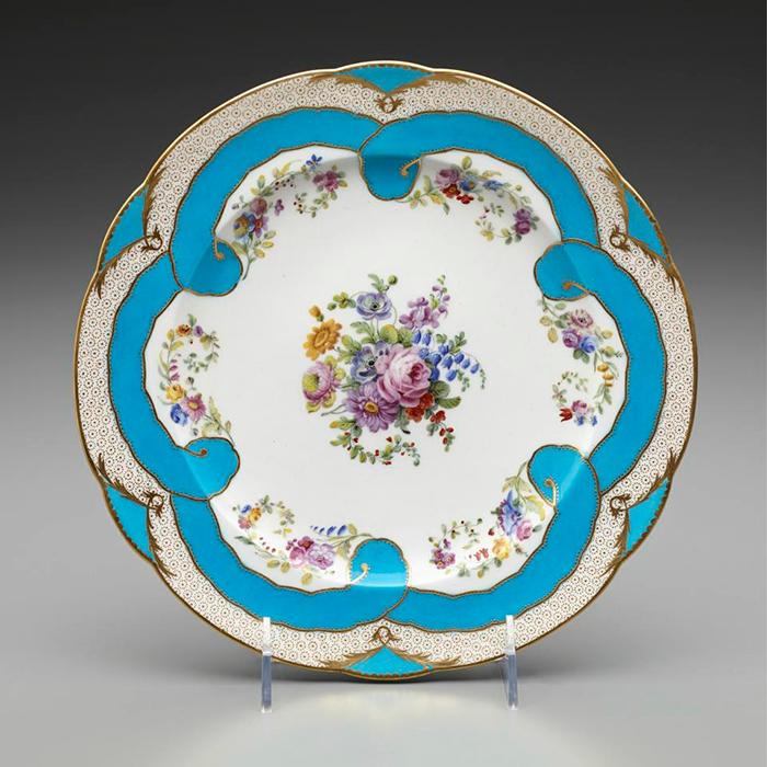 Manufactura Real de Sèvres, plato decorado por Edmé-François Bouilliat, 1782, porcelana blanda, 23,8 cm de diámetro.