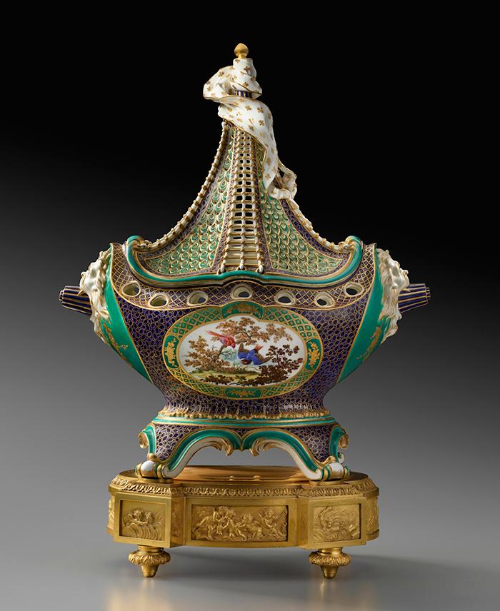 "Manufactura Real de Sèvres, ""pot-pourri à vaisseau"" decorado por Louis-Denis Armand l'aîné, ca. 1759, porcelana blanda, 44,5 cm de altura."